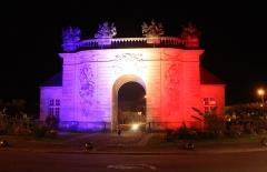 Porte du Pont - Français:   poRTE DU pONT SE TROUVANT à vITRY illuminée pour le centenaire de la première bataille de la marne.