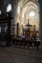 Cathédrale Saint-Mammes - Intérieur de la cathédrale Saint-Mammès de Langres (52). Vue traversante du transept vers le sud.