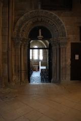 Cathédrale Saint-Mammes - Intérieur de la cathédrale Saint-Mammès de Langres (52). Porte romane de la salle du chapitre.