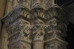 Cathédrale Saint-Mammes - Intérieur de la cathédrale Saint-Mammès de Langres (52). Porte romane de la salle du chapitre. Chapiteaux de l'ébrasement gauche.