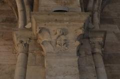 Cathédrale Saint-Mammes - Intérieur de la cathédrale Saint-Mammès de Langres (52). Chapiteau d'un des collatéraux.