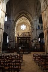 Cathédrale Saint-Mammes - Intérieur de la cathédrale Saint-Mammès de Langres (52). Vue traversante du transept vers le nord.