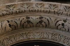 Cathédrale Saint-Mammes - Intérieur de la cathédrale Saint-Mammès de Langres (52). Porte romane de la salle du chapitre. Détail de l'intrados de l'arc.