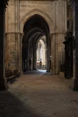 Cathédrale Saint-Mammes - Intérieur de la cathédrale Saint-Mammès de Langres (52). Arcade d'entrée du déambulatoire, au nord.