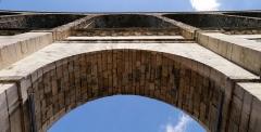 Aqueduc des Eaux de Rungis (également sur communes de Rungis, Fresnes, L'Hay-les-Roses, Cachan, Gentilly et Paris 14) - English: Arcueil/Cachan, Val-de-Marne, France. Pont-Aqueduc, seen form beneath one of its arch.