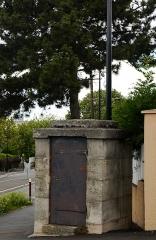Aqueduc des Eaux de Rungis (également sur communes de Rungis, Fresnes, L'Hay-les-Roses, Arcueil, Gentilly et Paris 14) - English: Cachan , Val-de-Marne, France. Regard 10 from aqueduc Médicis.