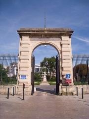 Ecole nationale vétérinaire - English: Gate for the École vétérinaire, Maisons-Alfort, Val-de-Marne, France. The statue of Claude Bourgelat can be seen in the background.