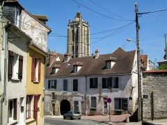Relais de poste  , dit Hôtel du Croissant - Français:   L\'ancien hôtel du Croissant (police municipale et Office du Tourisme), rue Basse-de-la-Vallée, et le clocher de l\'église Saint-Laurent.