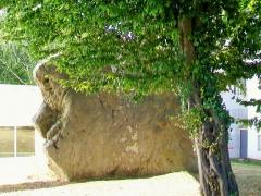Menhir dit la Pierre-Fouret - Français:   Le menhir dit «la Pierre-Fouret» ou menhir de Gency, au hameau de Gency, RD 922 (rue de Vauréal), dans le jardin de la maison de retraite «Le Menhir» (visible depuis la rue).