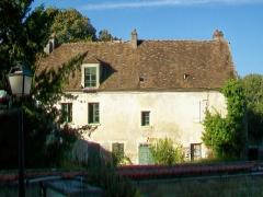 Prieuré - Français:   Bâtiment ayant subsisté de l\'ancien prieuré; une tourelle d\'escalier à gauche est dissimulée derrière les arbres.