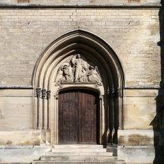 Eglise Saint-Germain - English: Église Saint-Germain-l'Auxerrois, Presles, France. Tympan avec un Christ en gloire et deux anges adorateurs, sculpté par Arsène Letellier en 1876 (signature de l'artiste en bas à gauche).