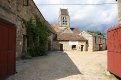 Eglise Saint-Pierre - Français:   Puiseux-Pontoise Entrée de la zone d\'activité de la cour de l\'église