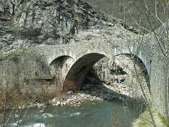 Pont Haut -  Pont Saint-Roch de Colmars, Alpes-de-Haute-Provence, face aval. On distingue nettement la différence de qualité entre l'appareillage de l'arche du pont et des arcs de décharge, postérieurs, qui permettaient aux attelages de prendre les virages du pont.