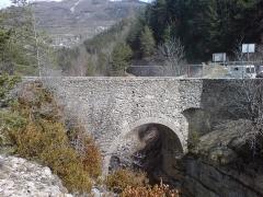 Pont de Saint-Roch ou Vieux Pont - Français:   Pont haut en amont de Colmars, Alpes-de-Haute-Provence (face aval). Classé monument historique 1948
