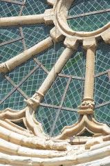 Cathédrale  dite église Notre-Dame-du-Bourg - Français:   Détail de la rosace à l\'extérieur de la Cathédrale Notre Dame du Bourg à Digne-les-Bains. Alpes de Haute-Provence