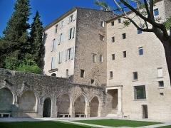 Couvent des Cordeliers (restes de l'ancien) - Français:   cloitre du couvent des cordeliers de Forcalquier (04)