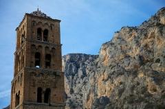 Eglise - Français:   Clocher de l\'église de Moustiers-Sainte-Marie, vue permettant de voir les falaises en arrière plan
