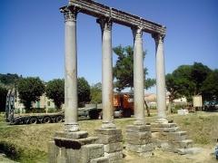 Quatre colonnes antiques surmontées d'un entablement - Français:   colonnes du temple antique de Riez