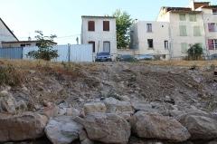 Immeuble - Français:   Ruines de l\'hôtel Ferrier et de la maison à encorbellement située 3 Grande-Rue, Riez.