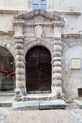 Maison dite maison du Temple - Français:  Portail monumental de la maison du Temple de Briançon (France).