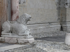Eglise Notre-Dame (ancienne cathédrale) - Français:   Lion à l\'entrée de la Cathédrale Notre-Dame du Réal. Embrun