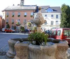 Fontaine - Français:   Embrun - Fontaine, place Eugène-Barthelon, et Hôtel de ville