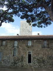 Tour du Suquet, chapelle Sainte-Anne et église Notre-Dame-de-l'Espérance - Français:   Tour du Suquet et bâtiment attenant. Le Suquet, Cannes, Alpes-Maritimes, France.