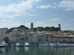 Tour du Suquet, chapelle Sainte-Anne et église Notre-Dame-de-l'Espérance - Français:   Vue du vieux Cannes depuis le Port. On distingue le Suquet. Alpes-Maritimes, France.