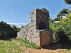 Fours à boulets - English: Sight of one of the two furnaces for heating red hot shots, situated on the western side of the île Saint-Honorat island, in the bay of Cannes, Alpes-Maritimes, France.