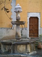 Fontaine publique - English: Contes (Alpes-Maritimes, France): the Renaissance fountain, built in 1587.