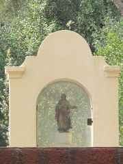 Domaine des Colombières - English: Statue of the arch above the road of the domaine des Colombières in Menton (Alpes-Maritimes, France).
