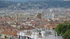 Cathédrale Sainte-Reparate - Deutsch: Kuppel der Kathedrale Sainte-Réparate über den Dächern von Nizza. Links der Glockenturm der Kirche Sainte-Rita.