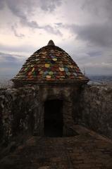 Fort du Mont-Alban - Français:   Tuiles génoises peintes. Photo HDR, la ville de Nice est visible à l\'arrière-plan. Version jpeg