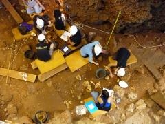 Grotte préhistorique du Lazaret - Français:   Fouilleurs à l\'intérieur de la grotte du Lazaret. Nice, Alpes-Maritimes, France.