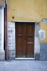Immeuble - Français:   Porte du 22 rue de la préfecture dans le vieux Nice
