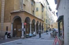 Immeuble - Français:   Vue d\'ensemble de l\'immeuble au 22 rue de la préfecture dans le vieux Nice