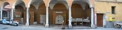 Immeuble - Français:   Panorama galerie et porte du 22 rue de la préfecture dans le vieux Nice