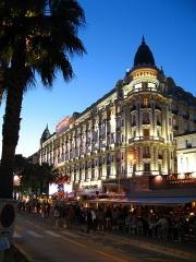 Hôtel Carlton - Français:   L\'Hôtel Carlton à Cannes, à la tombée de la nuit pendant le Festival du Film 2009.