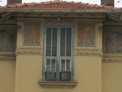 Immeuble - English: Frises on the building at the corner of the rue de la Marne and rue du lieutenant Bolzano in Menton (Alpes-Maritimes, France).