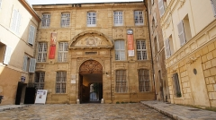 Ancien archevêché, puis Musée des tapisseries et théâtre - Français:   L\'archevêché fut établi dans ce lieu vers 1340, transporté du faubourg de la Seds, dit \