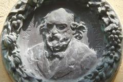 Fontaine des Bagniers - Français:   Fontaine des Bagniers, rue des Chapeliers, Aix-en-Provence (France).  Le portrait en médaillon de Paul Cézanne est en bronze, dessiné par Auguste Renoir; c'est un don du marchand de tableaux Ambroise Vollard à la ville d'Aix en 1926.