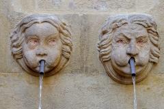 Fontaine des Bagniers - Français:   Deux mascarons joufflus, un adulte et un enfant. Détail de la fontaine des Bagniers à Aix en Provence (Bouches du Rhône, France).
