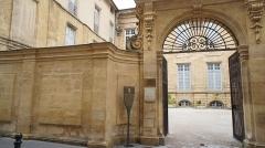 Hôtel Boyer d'Eguilles - Français:   Hôtel Boyer d\'Éguilles, 6 rue Espariat, Aix-en-Provence (France).  Bâti en 1672, sa façade est cachée par une cour dont le portail à carrosse date de 1715. Cet hôtel reprend un plan parisien, tandis que le modèle des hôtels aixois laisse aimablement admirer les façades en front de rue. Boyer d\'Éguilles, un des plus grands collectionneurs européens de son temps, en fut à la fois le commanditaire et l\'architecte.  La façade baroque est d\'ordre colossal (deux niveaux réunis par une seule hauteur de pilastres). Les ailes ne furent jamais terminées par manque d\'argent. Elle renferme un escalier d\'une parfaite stéréotomie (art de la taille des pierres en vue de leur assemblage direct).  L\'hôtel conserve des décors de salons des 17e et 19e siècles, ceux d\'origine furent complétés par d\'autres venant de divers hôtels particuliers aixois.   Transformé en vermicellerie au 19e siècle, il fut réhabilité et abrita au 20e siècle le Muséum d\'Histoire Naturelle.