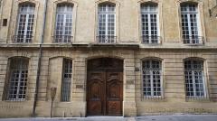 Hôtel Boyer de Fonscolombe dit aussi de Saporta ou de Vitrolles - Français:   Hôtel Boyer de Fonscolombe dit aussi de Saporta ou de Vitrolles, 21 rue Gaston-de-Saporta, Aix-en-Provence (France).  Construit vers 1650, pour Charles de Grimaldi-Régusse, Président au Parlement, cet hôtel porte aussi le nom de Saporta, dernier propriétaire et grand collectionneur de fossiles, que l\'on trouve en quantité autour d\'Aix.  Il passe aux Boyer de Fonscolombe en 1743, qui en réduisent la cour-jardin dans un partage avec l\'hôtel des Thomassin de Saint-Paul, les deux hôtels partageant désormais une grille intérieure et une fontaine.   La façade est redessinée en 1757 par Laurent Vallon, qui lui donne un aspect simple et horizontal, par l\'absence de mascarons et de pilastres, et par l\'emploi d\'un décor à refends et de corniches soulignées. L\'arc de la porte à carrosse, surbaissé (presque horizontal), sert le même but.