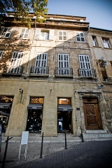 Immeuble - This building is indexed in the Base Mérimée, a database of architectural heritage maintained by the French Ministry of Culture,under the reference PA00081070 .