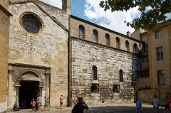 Mur romain - Deutsch: Kathedrale Saint-Sauveur in Aix-en-Provence, Westfassade des rechten Seitenschiffs, angrenzend römische Mauer