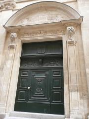 Ancien collège des Jésuites et ancien hôtel de Laval-Castellane, actuellement musée d'art chrétien et Museon Arlaten - Côté sud de la rue Balze à Arles (Bouches-du-Rhône), monumentale entrée de la chapelle édifiée par les Jésuites lors du transfert de leur collège dans l'hôtel Laval-Castellane, aujourd'hui siège du Museon Arlaten.