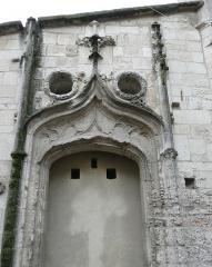 Ancien couvent des Dominicains ou Frères Prêcheurs - Arles (Bouches-du-Rhône_France), au fond de l'impasse de l'abbé Grégoire, entrée principale de style gothique flamboyant de la petite chapelle des Pénitents Bleus, accolée à la façade sud de l'église des Dominicains.