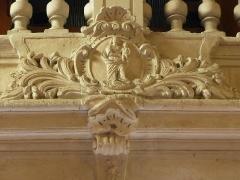 Eglise de la Major - Arles (Bouches-du-Rhône, France), intérieur de l'église Notre-Dame-la-Major ,tribune ouest de 1698, au centre Vierge à l'Enfant, blason du chapitre des chanoines.