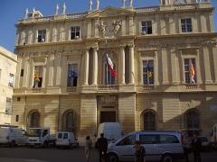 Hôtel de ville -  Arles (Bouches-du-Rhône, France), façade de l'hôtel de ville, place de la République.